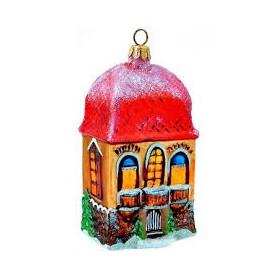 Дом с заснеженной крышей